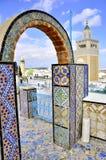 Mening over medina en Moskee Tunis hoewel arcades Stock Afbeelding