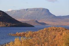 Mening over meer Kilpisjarvi en Saana-berg Stock Foto's