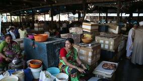 Mening over mensen die en bij de markt in Mumbai werken kopen stock footage