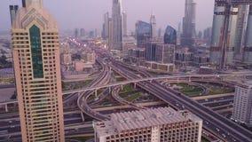 Mening over moderne wolkenkrabbers en de bezige dag van avondwegen in luxe de stad in van de stad van Doubai Hoogste luchtmening  stock videobeelden