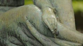Mening over mooi beeldhouwwerk van droevige vrouwelijke engel, standbeeld bij Mirogoj-begraafplaats stock video