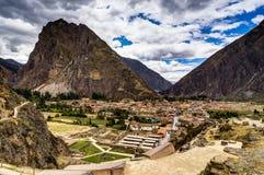 Mening over Ollantaytambo Peru met blauwe hemel en wolken Royalty-vrije Stock Foto
