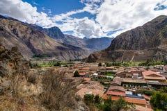 Mening over Ollantaytambo Peru met blauwe hemel en wolken Royalty-vrije Stock Afbeelding