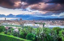 Mening over panorama van Florence met dramatische zonsondergang, Italië royalty-vrije stock fotografie