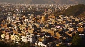 Mening over pinkcity van Jaipur met kleurrijke voorgevels en details van heuvel van tempel stock video