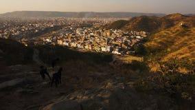 Mening over pinkcity van Jaipur met kleurrijke voorgevels en details van heuvel van tempel stock videobeelden