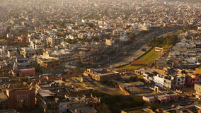 Mening over pinkcity van Jaipur met kleurrijke voorgevels en details van heuvel van tempel stock footage