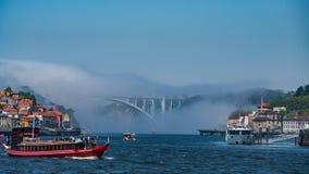 Mening over Porto met brug en rivier Douro stock foto