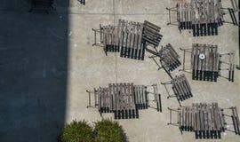 Mening over restaurant met houten stoelen en lijsten stock afbeeldingen