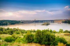 Mening over rivier Dnieper en dam in Zaporozhye Stock Fotografie