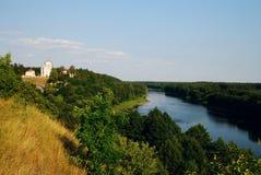Mening over rivier Nemunas met kerk van kiava van LiÅ ¡ royalty-vrije stock foto's
