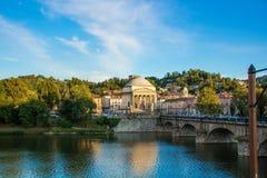Mening over rivier Po en de kerk van Gran Madre in Turijn, Italië stock foto's