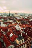 Mening over rode daken van de oude stad van Praag Royalty-vrije Stock Foto's