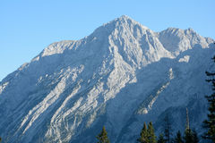 Mening over rotsachtige piek van panoramische weg - Rossfeldpanoramastrasse Royalty-vrije Stock Foto's