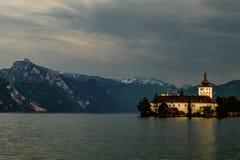 Mening over Schloss Orth en bergen in Gmunden, Oostenrijk stock foto
