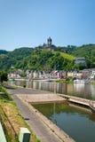 Mening over stad Cochem en kasteel onder stad. Duitsland Stock Foto's