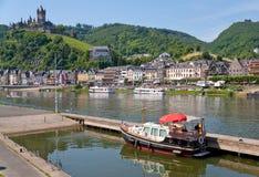 Mening over stad Cochem en kasteel onder stad. Duitsland Royalty-vrije Stock Fotografie