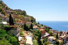 Mening over stad Taormina van Castelmola, Sicilië Stock Afbeelding