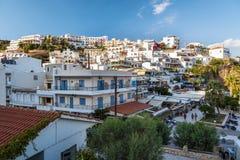 Mening over stad van Aghia Galini op het eiland van Kreta, Griekenland Stock Foto's