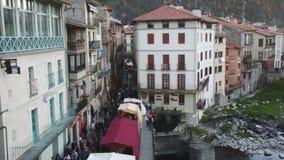 Mening over stad van Camprodon in de Pyreneeën stock footage