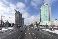 Mening over stadsverkeer op Peremogi-Vooruitzicht in Kyiv stock afbeelding