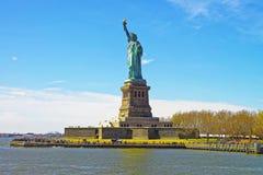 Mening over Standbeeld op Liberty Island stock foto's