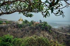 Mening over tempel met gouden dak en bloemen in Mandalay Myan Stock Foto