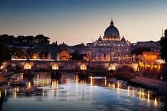Mening over Tiber en St Peter Basilica Stock Afbeelding