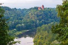 Mening over Turaida-kasteel en Gauja-vallei in Sigulda, Letland stock fotografie