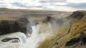 Mening over vallei met waterval Gullfoss en Hvita-rivier in IJsland in duidelijk weer in de herfstdag stock footage