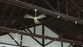 Mening over veelvoudige plafondventilatoren die lucht blazen stock video