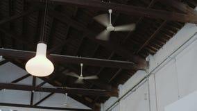 Mening over veelvoudige plafondventilatoren die lucht blazen stock videobeelden