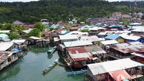 Mening over vissershuizen, brug en boten op het overzees stock video
