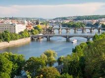 Mening over vltavarivier en zijn bruggen met Charles-brug op achtergrond Royalty-vrije Stock Afbeeldingen