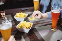 Mening over vrienden die alcoholische dranken in de bar, close-up hebben royalty-vrije stock afbeelding
