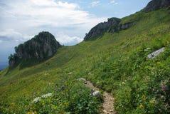 mening over weg en vallei, Russische Federatie, de Kaukasus, royalty-vrije stock afbeelding