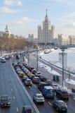 Mening over weg op Moskvoretskaya-dijk en high-rise die op Kotelnicheskaya-dijk voortbouwen stock afbeeldingen