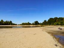 Mening over wilde Vistula-rivieroever in Jozefow dichtbij Warshau in Polen stock foto's