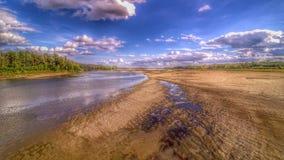 Mening over wilde Vistula-rivieroever in Jozefow dichtbij Warshau in Polen stock foto
