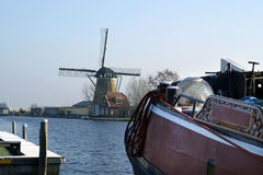 Mening over windmolen in Warmond en historische boot. Stock Foto's