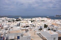Mening over witte huizen van MYkonos-stad op Grieks eiland Royalty-vrije Stock Foto