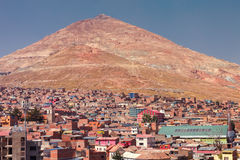 Mening panoramisch van zilveren mijnen in Cerro Rico berg van de kerk van San Francisco in Potosi, Bolivië stock foto's