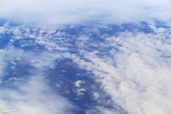 Mening ter wereld door witte wolken stock fotografie