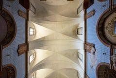 Mening tot de bovenkant binnen in kerk Stock Foto's