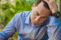 mening tröttat Frustrerad ung stilig man som ser evakuerad, medan sitta på hans arbetsplats royaltyfria bilder