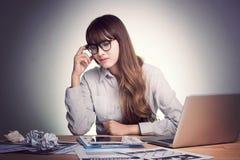 Mening tröttat och spänning Tröttade stressade asiatiska blickar för en affärskvinna i hennes kontor Arkivfoto
