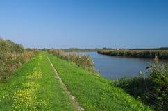 Mening van één van het kanaal van de Delta van Po rivier dichtbij het Adriatische overzees Stock Afbeelding