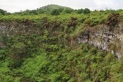 Mening van één van de tweeling vulkanische kraters in de hooglanden van Santa Cruz stock fotografie