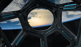 Mening van aarde van ruimtestationvenster het 3D teruggeven Gr Royalty-vrije Stock Foto