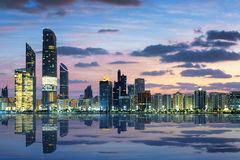 Mening van Abu Dhabi Skyline bij zonsondergang Stock Afbeelding